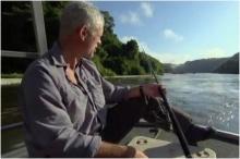 เห็นแล้วสยองแทน !! หนุ่มยืนตกปลาอยู่ดีดี มีสิ่งนี้มาติดเบ็ด