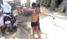 อย่าทำผมเลย! เด็กน้อย ถูกแกล้ง จับมัดตรึงผูกติดท่อนไม้ ก่อนโดนลงโทษ! (คลิป)