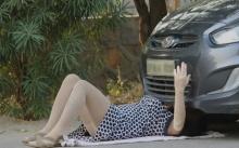 หนุ่มๆจ้องตาไม่กระพริบ!! จู่ๆเห็นหญิงสาว นอนซ่อมรถอยู่นาน เลยตัดสินใจเข้าไปดู งานนี้มีเงิบ!!? (คลิป)