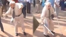 คนร้องโห่ลั่น! ปู่ 90 ถือไม้เท้าเข้ามากลาวง จู่ๆเขวี้ยงทิ้งก่อนออกสเต็ปแดนซ์! (คลิป)