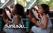 ชาวเน็ตถึงกับเงิบ! แม่ไลฟ์สดสอนลูก 3 ขวบและ 8 ขวบขับรถ โดนด่ายับ (คลิป)