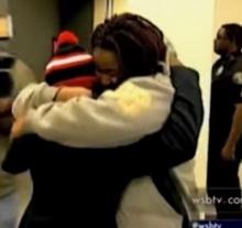 เด็กน้อย 13 ขวบโผสู่อ้อมกอดแม่ หลังพ่อจับขังในห้องลับ 4 ปี