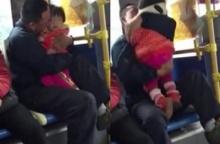 วิจารณ์สนั่นเน็ตจีน!พ่อกอดจูบลูกสาวบนรถเมล์