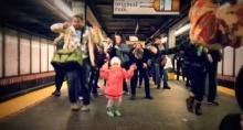 น่ารัก! หนูน้อนชวนเต้นในสถานีรถไฟใต้ดิน