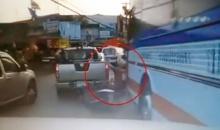 สยอง!! วินาทีรถบัสเหยียบคน!! ที่ตลาดบ่อบัว จ.ฉะเชิงเทรา