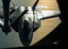 USAF. F-22 แร็พเตอร์ กำลังเติมน้ำมันกลางอากาศ