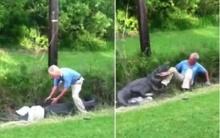 นาทีระทึก!! ชายพยายามจับจระเข้ยักษ์ จบไม่สวย???