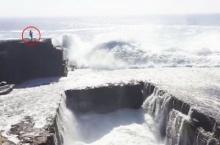 ระทึก! สาวยืนถ่ายรูปบนโขดหินสูง โดนคลื่นยักษ์ซัดเกือบตาย!!