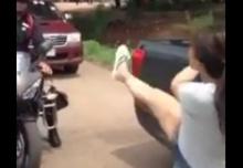 ตำรวจยังต้องหนี !! คลิป 2 มาแล้ว สาวสติแตก ทั้งด่าทั้งเตะตำตรวจกระเจิง!!!