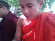 ความพยายามที่น่ายกย่อง..เณรพม่าคนนี้เรียนภาษาไทยฝึกอ่าน ก.ข.