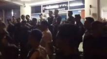 ปิดถนนประท้วง!! หน้าสถานีตำรวจถลาง เรื่องตำรวจชนเด็กตาย2ศพ