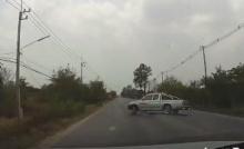 วินาที..กระบะคันหน้าลื่นเสียหลัก รถบิว กัลยาณี อาร์สยาม ตามมาเกือบชน