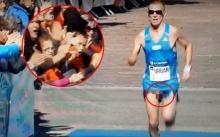 ช็อก! นักวิ่งมาราธอนทำหนอนโผล่-สะบัดทั้งพวง ผู้ชมอ้าปากค้าง ถ่ายทอดสดผ่านทีวี (คลิป)