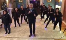 มาฟังลีลา-น้ำเสียง ทูตไทยในอังกฤษ พาเจ้าหน้าที่เต้นเพลงพี่เบิร์ด-อวยพรปีใหม่ 2561