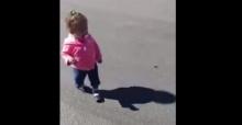 หนูน้อยคนนี้ทำไง เมื่อเห็นเงาของตัวเองวิ่งตาม
