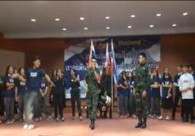 """อย่างฮา!""""พลทหาร"""" ออกลีลาเต้นปะทะ นักศึกษา"""