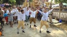 การออกสเต็ปการเต้นของหนุ่มๆกับเพลง เอาผัวไปเทิร์น