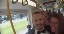 เจ๋ง! หนุ่มชวนเต้นกลางรถไฟฟ้า
