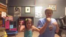 น่าร๊ากก! พ่อลูกโชว์สเต็ป Shake it off ของเทย์เลอร์ สวิฟต์