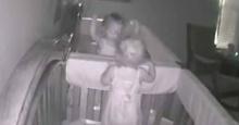 เด็กน้อยสองคนแอบตื่นมาเล่นกลางดึก แต่แกล้งหลับเพราะรู้ว่าพ่อกำลังมา!!