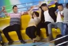 แอบฮา!! หนุ่มช่วยแฟนสาวกางเกงหลุดขณะเล่นเครื่องเล่น