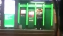 ต้นเดือนหละสิท่า! สาวกดเงินแดนซ์กระจายหน้าตู้ ATM อย่างฮา...