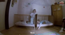 น่าร๊ากก! เด็กแฝดช่วยกันหยิบของที่หล่นข้างเตียง