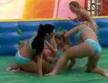 ลีลาเด็ด สาวๆนุ่งบิกินี่แข่งฟุตบอลในสนามทั้งเปียก-แฉะ