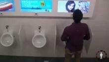 โคตรฮา!! แกล้งผู้ชายเข้าห้องน้ำ