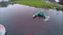 อย่างฮา! หนุ่มวิ่งลงน้ำเพื่อช่วย เครื่องบินบังคับ ที่กำลังตก
