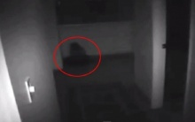หลอน!! คลิปปริศนา มีเด็กนั่งร้องไห้อยู่หน้าห้องนอน ???