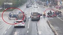 เฮ้ยมาได้ไง!สามล้อผีสิง ไร้คนขับแต่แล่นชนป่วนไปทั้งถนน