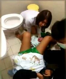 นาทีระทึก! สาวท้องแก่คลอดลูกกลางห้องน้ำโลตัส