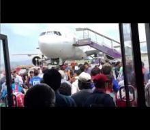 แตกตื่น!! คนแห่วิ่งหนีตาย ในสนามบินกาฐมาณฑุ หลังแผ่นดินไหวขนาด 7.4 !!!
