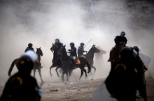 นี่ไม่ใช่หนังคาวบอย! ตำรวจเปรูควบม้าไล่ชาวบ้านบุกรุกที่ดินโดยผิดกม.