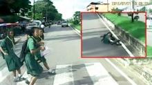 (เผยคลิป) รถชนเด็กนักเรียนกระเด็นขณะข้ามทางม้าลาย !!!