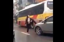 ป้าขาใหญ่เดินบนถนน โชว์เหนือหยุดรถด้วยเท้า