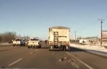 ตร.ฮี่โร่ กระโดดขึ้นรถบรรทุกหลังคนขับหมดสติคาพวงมาลัย