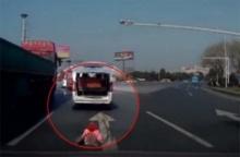 เตือนใจพ่อแม่!! อุทาหรณ์รถตู้ไม่ล็อกท้าย ทำลูกหล่นกลางสี่แยก หวิดถูกรถคันอื่นเหยียบ!!