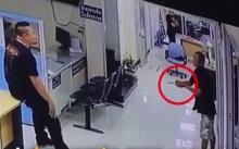 น้ำตาซึม!!มาดูวิธีที่ตำรวจไทยคนนี้ จัดการกับคนที่ถือมืดขู่ ทำร้ายตัวเอง