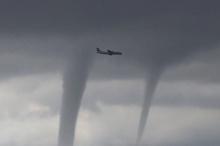 หวาดเสียว! เครื่องบินโดยสารบินผ่านกลุ่มทอร์นาโดเหนือทะเลดำ