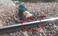 ชาวบ้านพบชายเมาหลับข้างทางรถไฟ จะไปปลุกให้ตื่น พอเห็นใกล้ๆ เท่านั้นแหละ? แทบช็อก!! (คลิป)