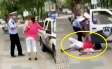 ชาวเน็ตจวกยับ!! ตำรวจสายโหด จับสาวอุ้มลูก ทุ่มลงกับพื้นหน้าคว่ำ!! เด็กกระเด็น (คลิป)