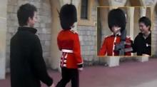 ไม่ตลกด้วย! ทหารประจำพระราชวังบักกิงแฮม เล็งปืนขู่นักท่องเที่ยวที่ล้อเลียน (ชมคลิป)