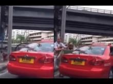 แท็กซี่ไร้มารยาท สูบบุหรี่ต่อหน้าทำผู้โดยสารต่างชาติ
