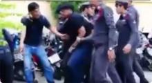 ใครไม่เกี่ยวถอยไป! นักเรียนคู่อริสองสถาบันตะลุมบอลกันต่อหน้าตำรวจในโรงพัก