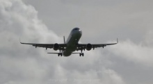 ระทึก!! เครื่องบินฝ่าลมแรงลงจอดรันเวย์-สั่นโคลงทั้งลำ