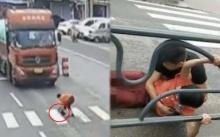 สาวถูกสิบล้อชนกระเด็น ขณะช่วยตูบเป็นลมกลางถนน (คลิป)