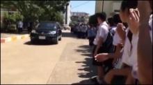 แชร์กระหึ่ม!!! คลิปนักเรียนเข้าแถวน้ำตานองยืนส่งครูที่ถูกสั่งย้ายหลังทำโทษเด็กด้วยการวิดพื้น