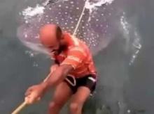 ชาวเน็ตจวกยับขี่หลังฉลามวาฬ ทรมาณสัตว์เร่งดำเนินตามกม.(ชมคลิป)